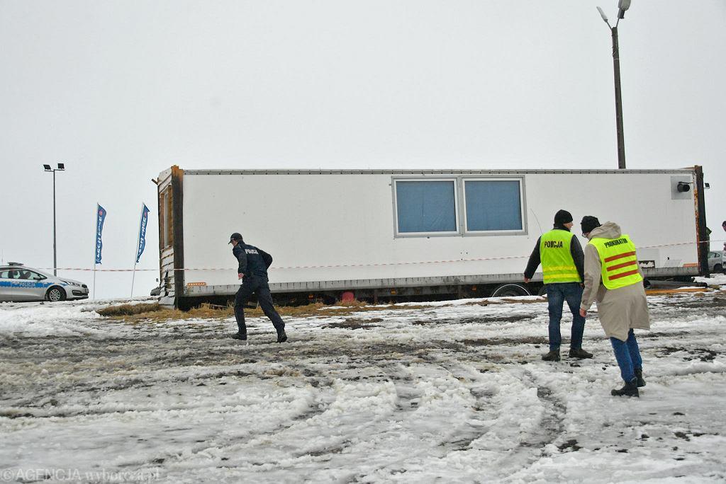 Bukowina Tatrzańska. Wypożyczalnia nart, z której wiatr zerwał dach.