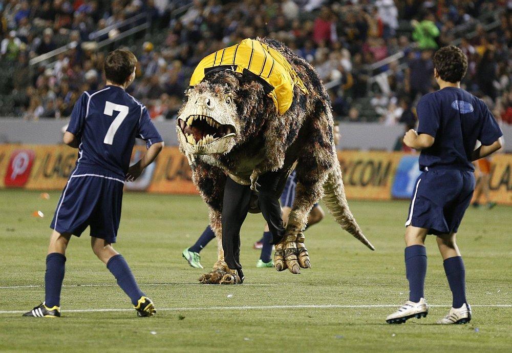 Dinozaur na boisku podczas meczu Los Angeles Galaxy - Seattle Sounders.