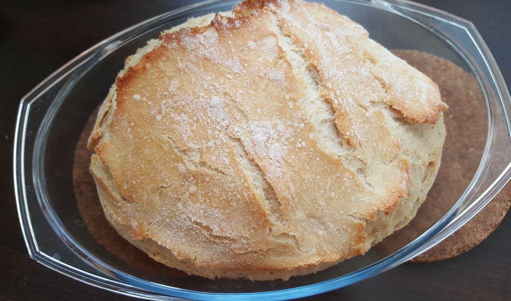 Chleb po upieczeniu od razu wyjmij z garnka lub naczynia żaroodpornego, inaczej zaparuje i zawilgotnieje.