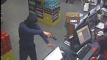 Napad z 'bronią' w ręku na stacji benzynowej w Markach. Rozpoznajesz tego mężczyznę?