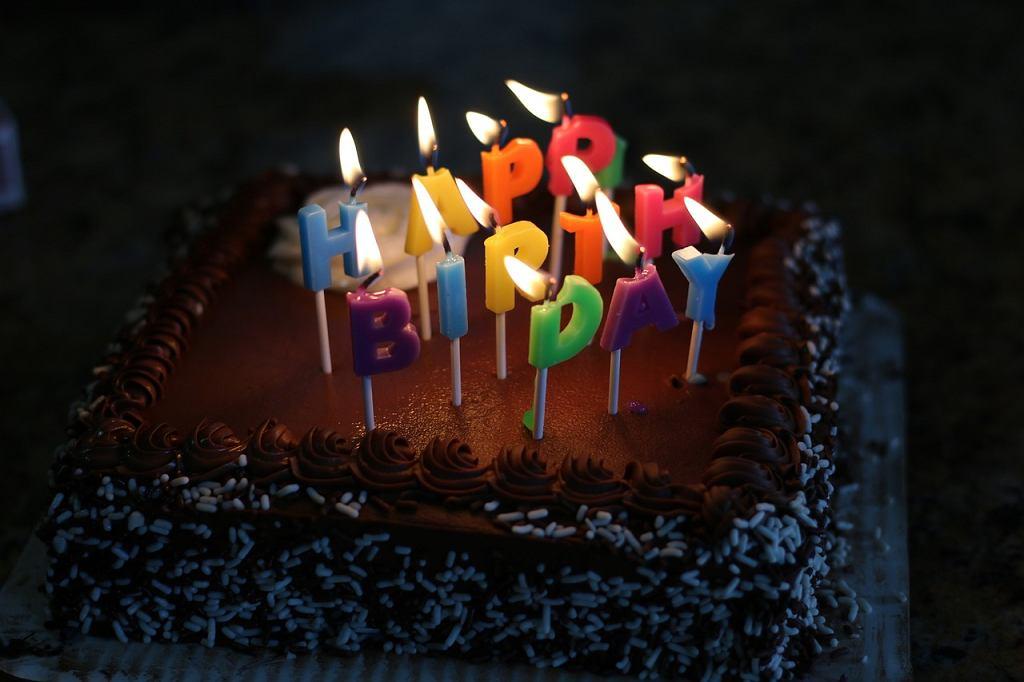 Tort urodzinowy dla dziecka musi posiadać specjalną dekorację. Zdjęcie ilustracyjne