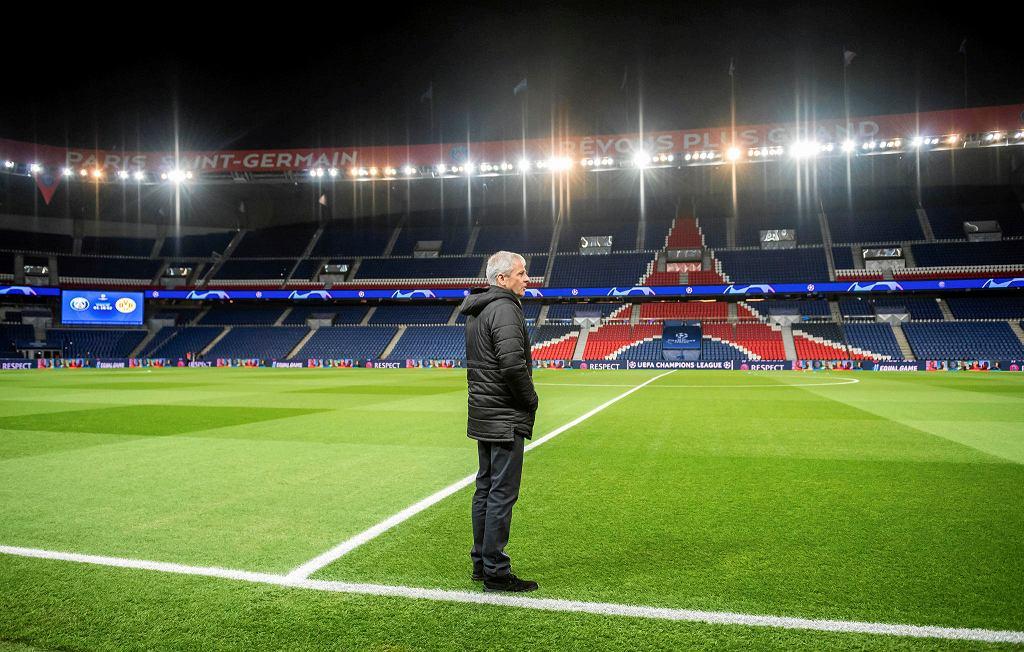 Trener Borussii Dortmund Lucien Favre na pustym stadionie przed meczem z PSG