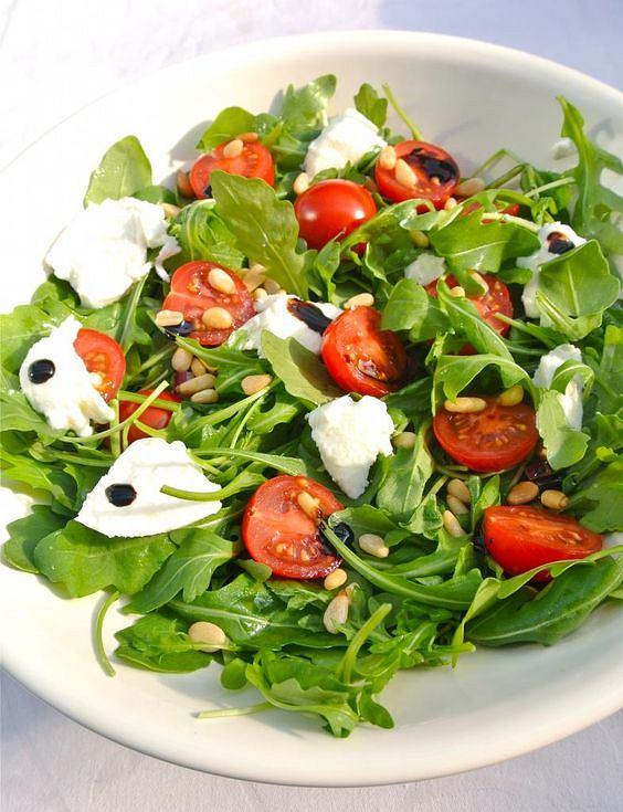 Sałatka z pomidorem i mozzarellą jest lekka i sycąca
