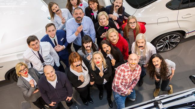 Movember: w BMW nawet kobieta dobrze wygląda z wąsem