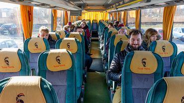 Firma Kaczmarski Group wynajęła dla pracowników autokary i busy, by mogli bezpiecznie dojeżdżać do pracy