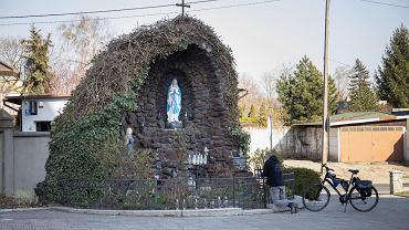 6 kwietnia 2020 r. Mieszkaniec Krotoszyna modli się przy kapliczce z Matką Boską. Koronawirus zaatakował 78-tysięczny powiat krotoszyński. Potwierdzono tu ponad 100 zakażeń.
