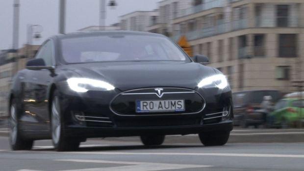 Tesla model S to elektryczny samochód osobowy produkowany przez markę Tesla Motors od 2012 roku. Jest to pierwszy masowo produkowany elektryczny sedan klasy premium, który może konkurować z takimi modelami jak bmw X6, czy mercedesy klasy E.