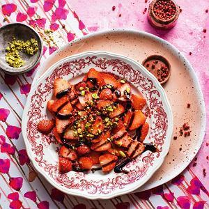 Carpaccio z truskawek z redukcją balsamiczną i pistacjami