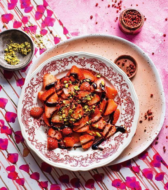 Truskawki z sosem balsamicznym i pistacjami