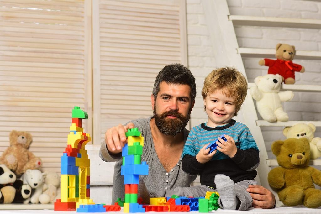 Tata bawi się z dzieckiem klockami
