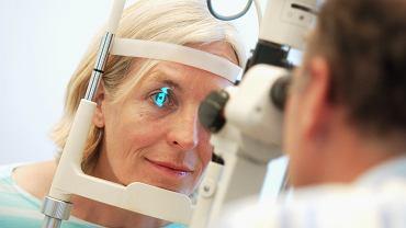 Badanie dna oka pozwala ocenić stan siatkówki, naczyń i nerwu wzrokowego