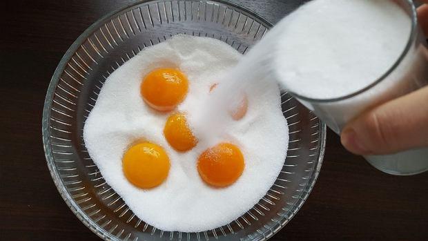 Żółtka zasypujemy mieszanką soli i cukru.