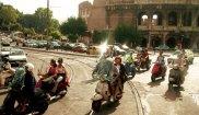 podróże, europa, Pomysł na weekend: Rzym pełen niespodzianek, Włosi na skuterach pod Coloseum