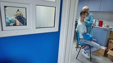Pandemia koronawirusa. Gigantyczne kolejki chętnych do szczepienia preparatem Johnson & Johnson w ramach rządowej akcji 'Zaszczep się w majówkę'. Poznań, Malta, 1 maja 2021