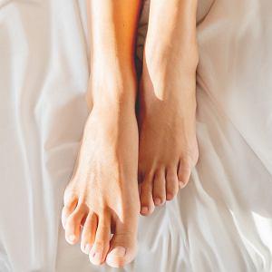 Stopy lubią chodzenie boso po piasku, odprężające kąpiele z dodatkiem soli, odpoczynek z nogami w górze i regularny pedikiur. Jak zadbać o stopy wiosną i latem?