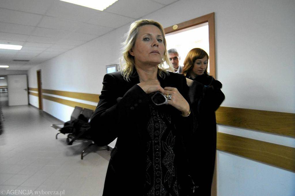 Grażyna Szapołowska na sądowym korytarzu