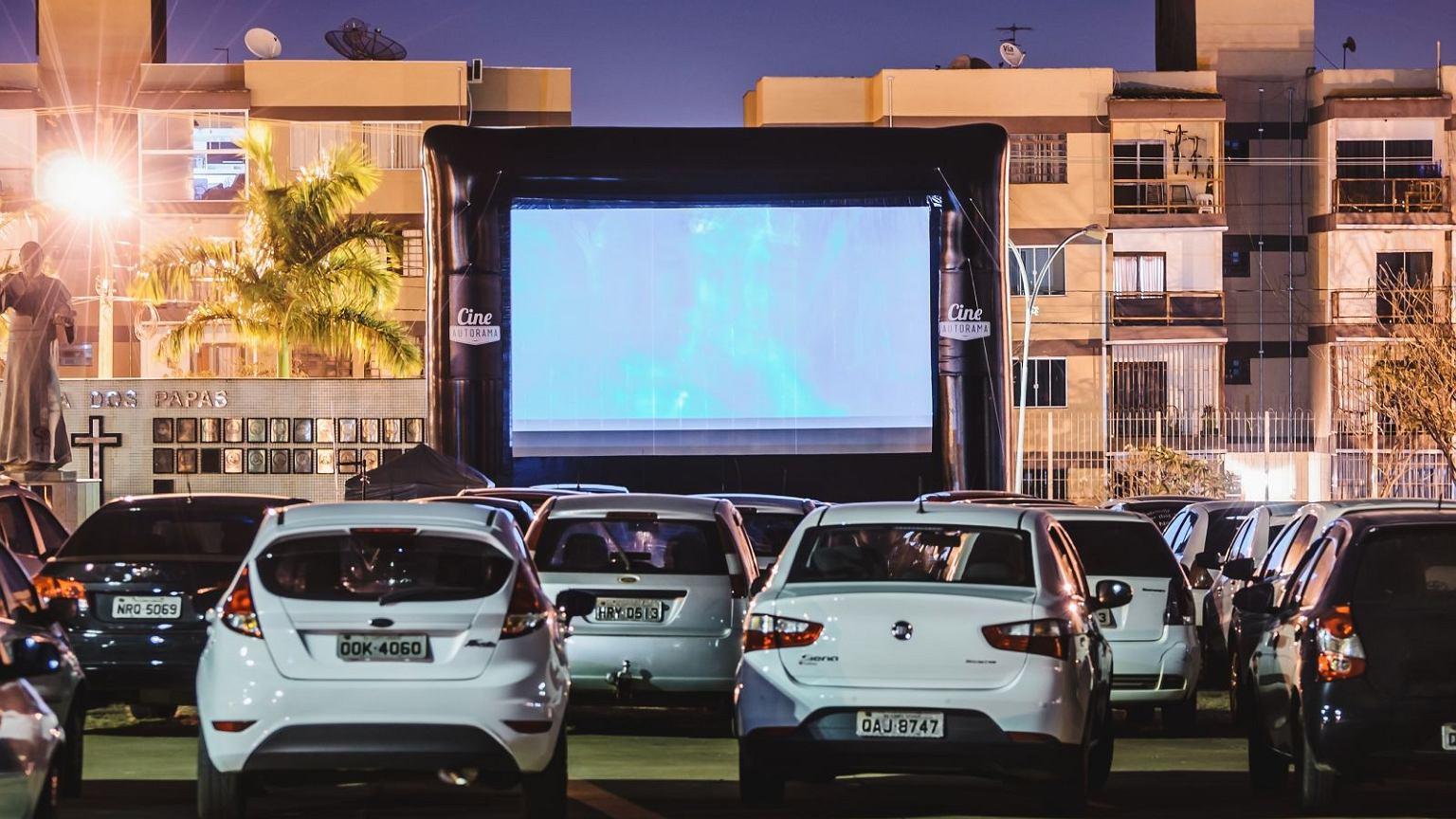 Kino samochodowe na Campo Grande w Brazylii. Wraz z pandemią koronawirusa moda na zapomnianą amerykańską rozrywkę opanowała cały świat