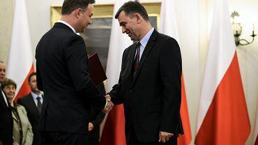 Andrzej Przyłębski otrzymuje z rąk prezydenta Dudy nominację do Narodowej Rady Rozwoju