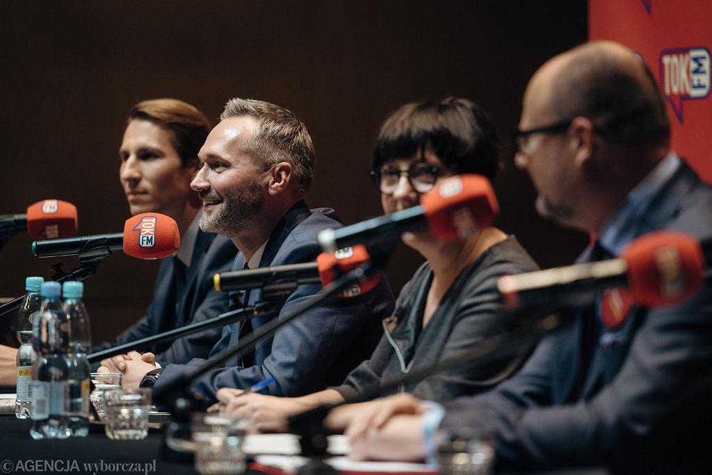 Debata kandydatów na prezydenta Gdańska. Pierwszy z lewej Kacper Płażyński, ostatni - Paweł Adamowicz