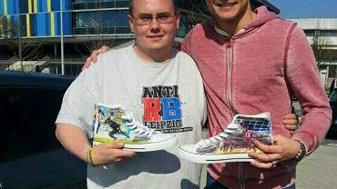 Rafał Gikiewicz ze swoim fanem, który zaprojektował buty z jego podobizną