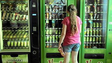 """""""Szkolny"""" automat ze śmieciowym jedzeniem i piciem"""