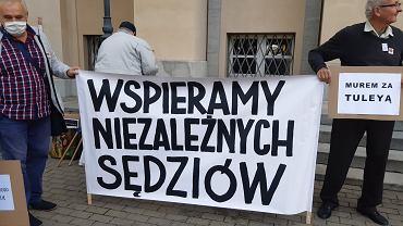 Protest w obronie wolnych sądów pod Sądem Okręgowym w Łodzi