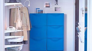 Uchylne szafki powieszone na ścianie i odkryty regał świetnie nadają się do małego przedpokoju/IKEA