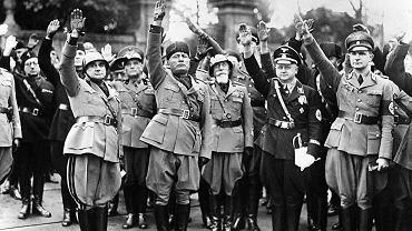 Uroczyste obchody 14-lecia (sic!) faszystowskiej władzy we Włoszech. Entuzjazm ogarnął wówczas cały kraj. Na zdjęciu: Benito Mussolini, drugi od lewej, w towarzystwie oficerów hitlerowskich salutuje tłumowi na piazza Venezia, Rzym, 28 października 1936 r.