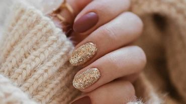 Złote paznokcie to hit sezonu jesień-zima 2019.