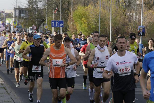 Zdjęcie numer 40 w galerii - Ponad 1200 biegaczy na starcie 37. Toruń Maraton, wygrał Łukasz Oskierko [ZDJĘCIA]