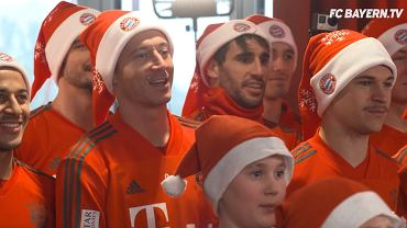 Robert Lewandowski śpiewający hymn Bayernu
