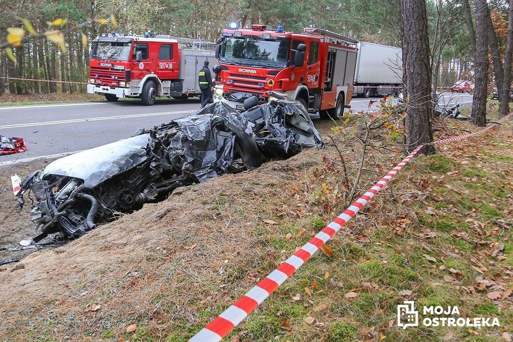 Zdjęcie samochodu, który zderzył się z autobusem pod Ostrołęką (fot. moja-ostroleka.pl)