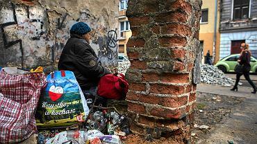 14.11.2018. Ulica Wschodnia, Łódź - rejon zrujnowanych kamienic w centrum miasta. Wielu mieszkańców Łodzi pracuje w Warszawie, gdzie poziom życia jest znacznie wyższy. Konieczność codziennych dojazdów do odległego o 100 km miasta rodzi jednak określone koszty społeczne dla łodzian i ich rodzin.