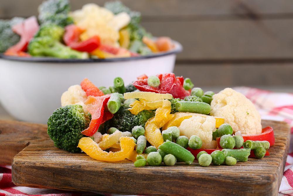 Mrożone warzywa to dobre rozwiązanie, gdy potrzebujemy mniejszą ilość warzyw, nie mamy czasu ich obierać, kroić lub po prostu skończył się na nie sezon