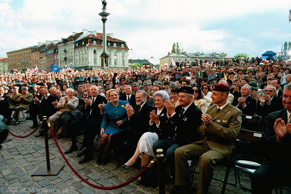Sekretarz stanu USA Madeleine Albright i Bronisław Geremek podczas uroczystości z okazji zaproszenia Polski do negocjacji w sprawie przystąpienia do NATO, Warszawa, 10 lipca 1997 r.