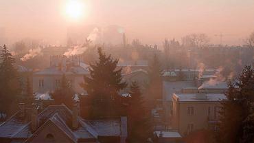 Smog powstaje m.in.  na osiedlach domów jednorodzinnych i niewielkich kamienic ogrzewanych piecami