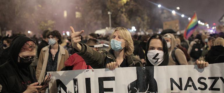 """""""To jest wojna"""". Wielotysięczne protesty na ulicach polskich miast po decyzji TK ws. aborcji"""