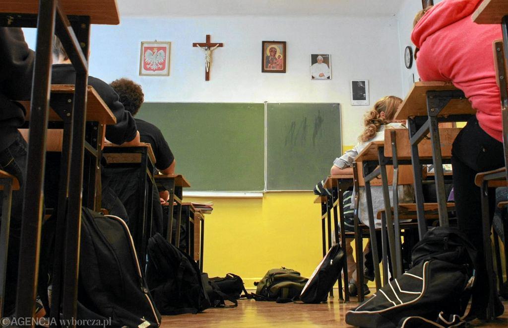 'Nauczanie religii odbywa się w wymiarze dwóch jednostek tygodniowo' - przypomina w komunikacie Komisja Wychowania Katolickiego KEP. - Umieszczanie zajęć z religii jedynie na pierwszych bądź jedynie na ostatnich godzinach jest niezgodne z prawem'.