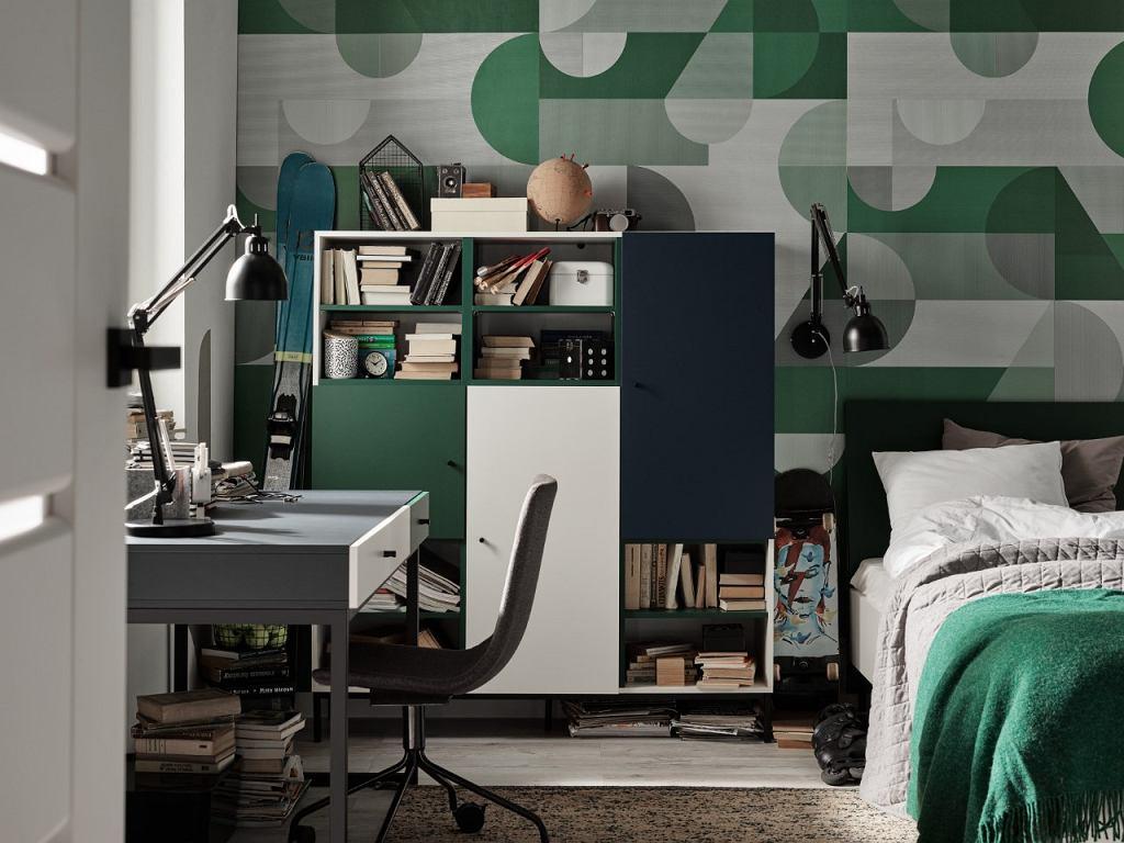 Obok biurka warto postawić pojemny regał, w którym schowajmy ważne dla nas dokumenty.