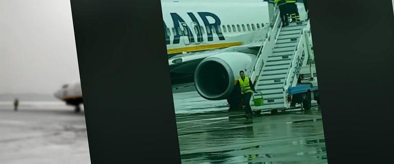 Odladzali samolot Ryanaira, polewając go wodą z wiadra. Nagranie wzbudza wątpliwości. Czy tak można?