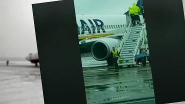 Ryanair. Odladzanie samolotu na lotnisku we Włoszech