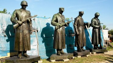 """Pomnik """"Czterech Śpiących"""" po renowacji wciąż stoi w magazynie"""