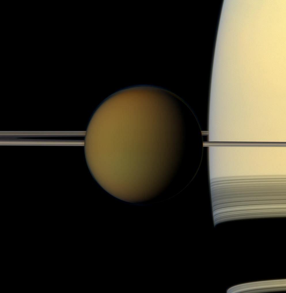 Tytan sfotografowany na tle Saturna przez sondę Cassini