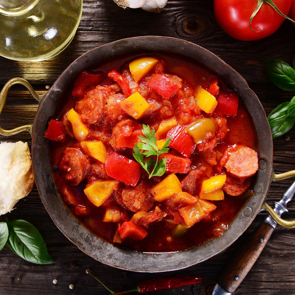 Leczo z papryką, pomidorami i kiełbasą