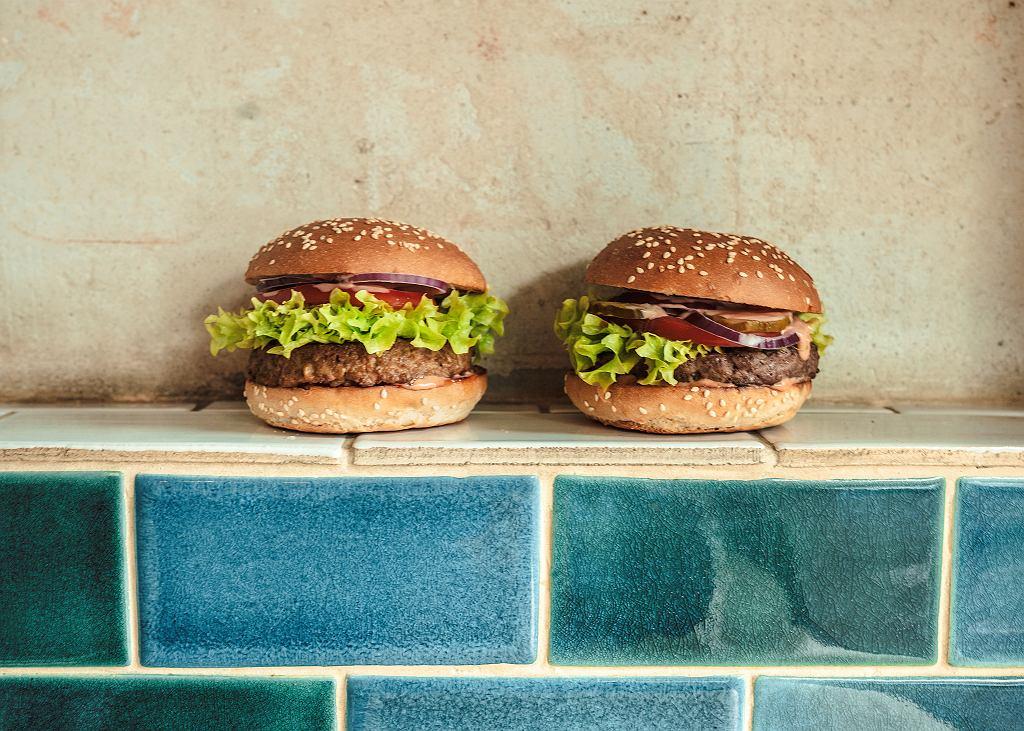Który z tych burgerów jest wegański, a który wołowy? Nie czytaj dalej, tylko zgadnij. Odpowiedź na końcu tekstu.