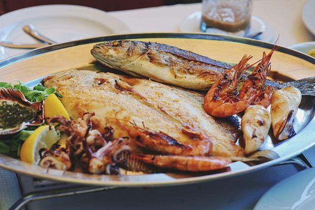 Tradycyjne słoweńskim cousine-mieszane grillowane ryby i owoce