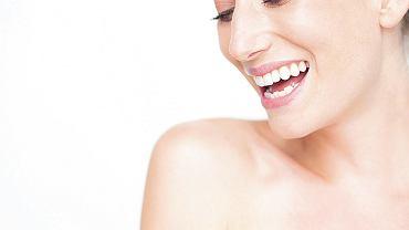 Pacjent może zobaczyć na ekranie komputera swój uśmiech z różnymi zębami i wskazać, w jakich się sobie podoba