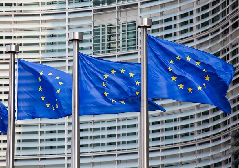 Unijne flagi przed główną siedzibą Komisji Europejskiej w Brukseli