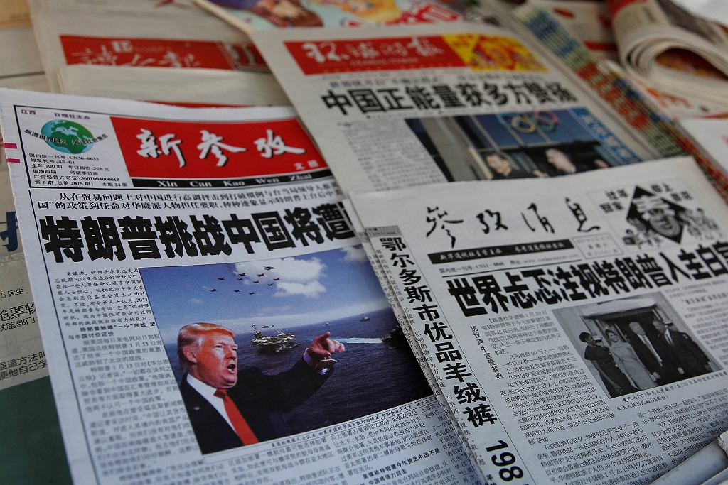 Chińskie gazety z artykułami na temat Donalda Trumpa, Szanghaj 21 stycznia 2017
