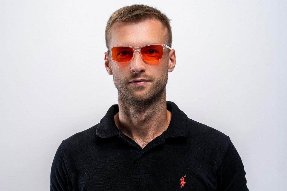Sebastian Kilichowski w okularach EyeShield, których jest inicjatorem